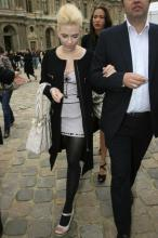 _scarlett_johansson_at_louis_vuitton_fashion_show_in_paris_11_122_107lo1.jpg