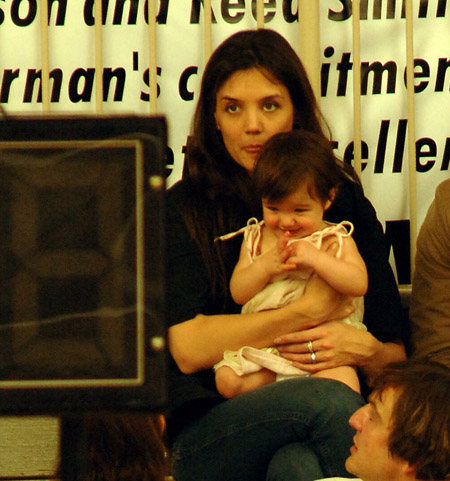 katie_holmes_with_tom_cruise_and_suri_watch_basketball_game_in_beverly_hills_05jpg.jpg