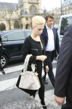 s_johansson_at_louis_vuitton_fashion_show_in_paris_02_122_76lo.jpg