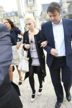 scarlett_johansson_arrives_at_louis_vuitton_fashion_show_in_paris_02.jpg