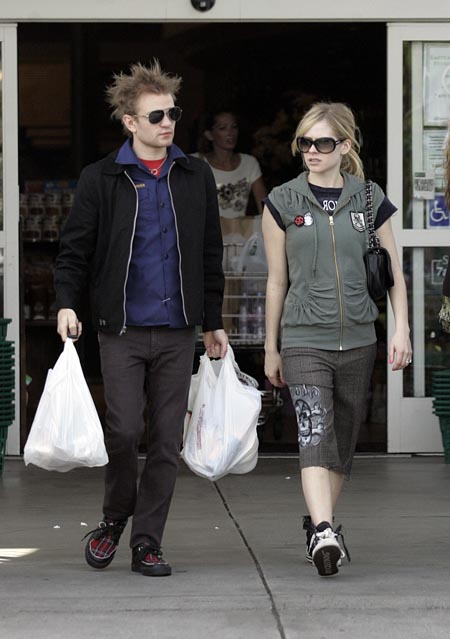 avril_lavigne_shops_with_husband_in_beverlyhills01.jpg