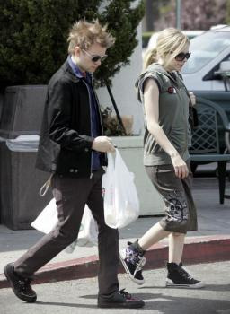 avril_lavigne_shops_with_husband_in_beverlyhills02.jpg