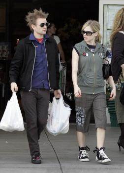 avril_lavigne_shops_with_husband_in_beverlyhills03.jpg