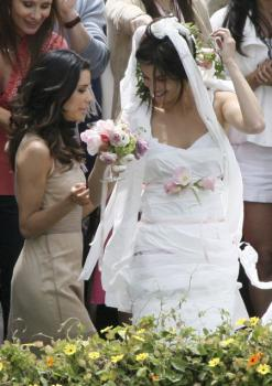 eva_longoria_candid_wedding_shower_04.jpg