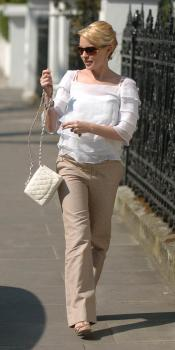 kylie_minogue_walking_london_farandulista.jpg