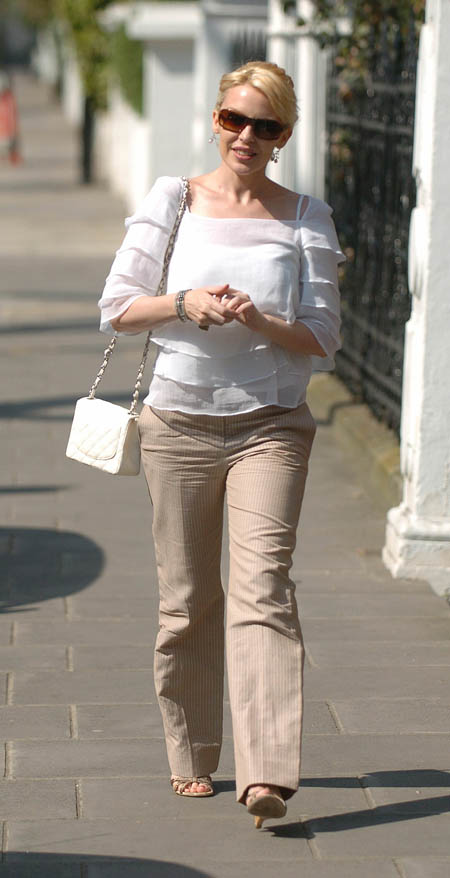 kylie_walking_in_london_farandulista_01.jpg