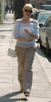kylie_walking_in_london_farandulista_02_.jpg