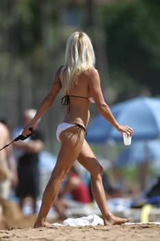 pamela-anderson-on-the-beach_03_farandulista.jpg