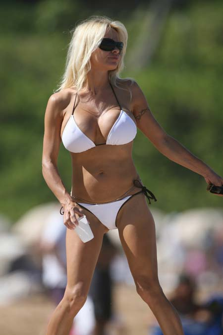 pamela-anderson-on-the-beach_05_farandulista.jpg