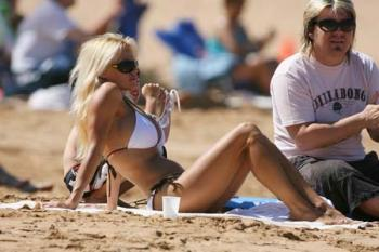 pamela-anderson-on-the-beach_06_farandulista.jpg