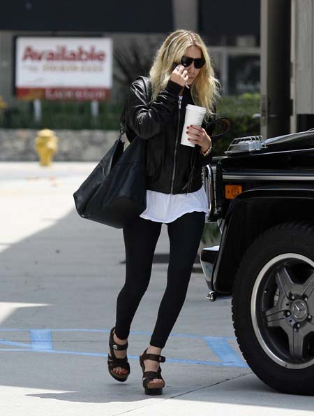 ashlee_olsen_shopping_in_beverly_hill_farandulista_03.jpg