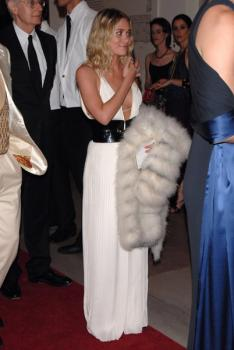 ashley_olsen_at_met_gala_farandulista_03.jpg