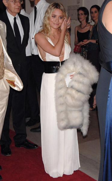 ashley_olsen_at_met_gala_farandulista_04.jpg