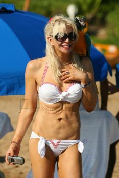 courtney_love_bikini_farandulista.jpg