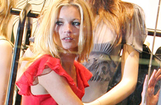 Kate Moss posa para su linea de ropa