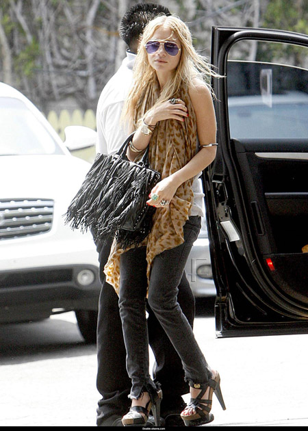 mary_kate_olsen_aout_and_about_farandulista.jpg
