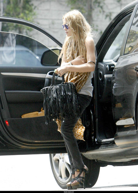mary_kate_olsen_aout_and_about_farandulista_01.jpg