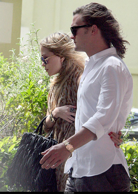 mary_kate_olsen_aout_and_about_farandulista_04.jpg