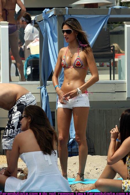 alessandra_ambrosio_on_the_beach_in_malibu_farandulista_02.jpg