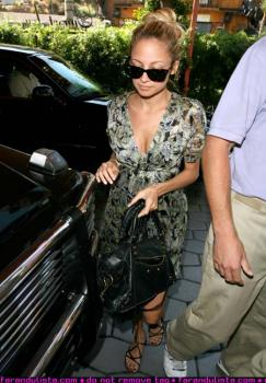nicole_richie_hiding_her_belly_at_beverly_hills_hotel-02_farandulista.jpg
