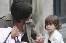Katie Holmes y Suri en Paris