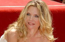 Michelle Pfeiffer obtiene su estrella en Walk of Fame