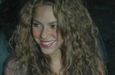 Shakira puro sonrisas en Koi