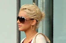 Christina Aguilera compra ropita azul de baby