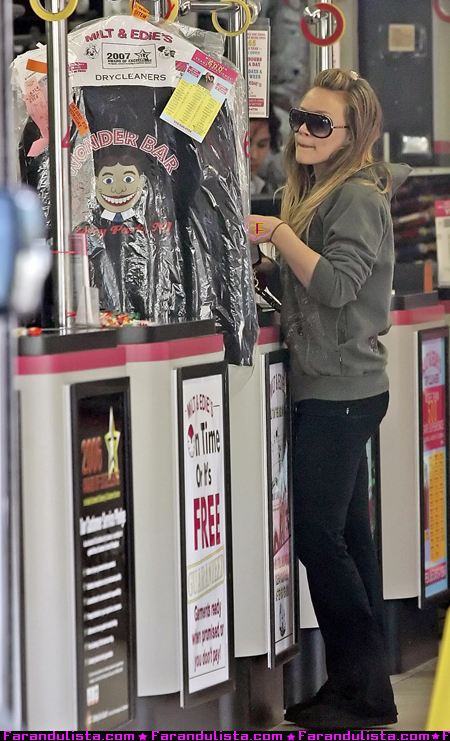 hilary_duff_goes_to_the_dry_cleaners_in_burbank_03.jpg