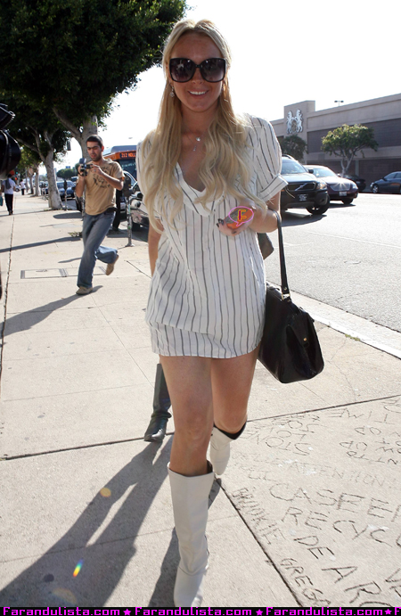 lindsay-lohan-shopping-hollywood-01.jpg