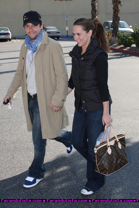 jennifer-love-hewitt-with-boyfriend-shopping-in-la-01.jpg