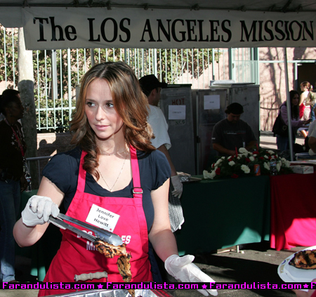 jennifer_love_hewitt_at_the_los_angeles_mission_in_los_angeles-02.jpg