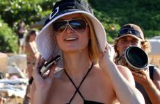 Paris Hilton pasea en Maui mientras pierde su herencia
