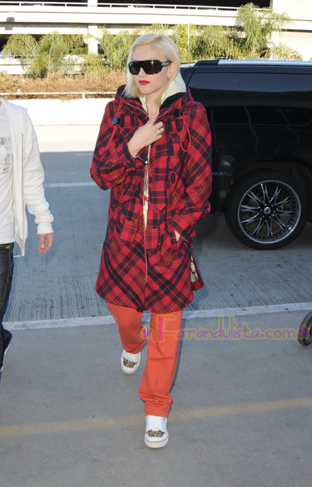 gwen-stefani-at-lax-airport-02.jpg