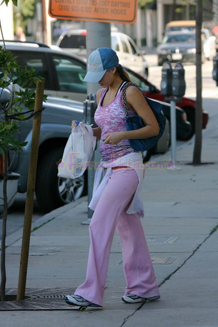 jessica-alba-leaving-the-gym-02.jpg