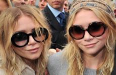 Ashley y Mary-Kate Olsen en el Chanel Fashion Show