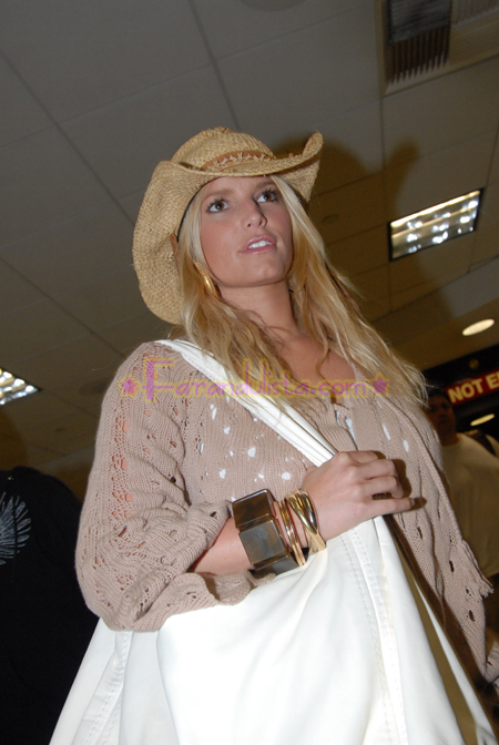 jessica-simpson-at-lax-airport-04.jpg