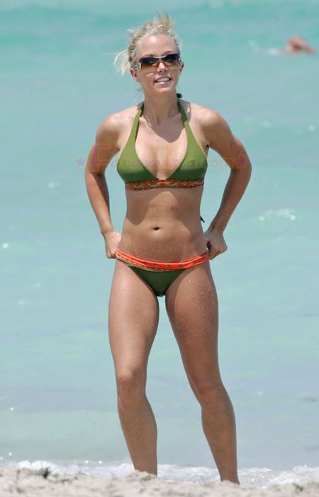 kendra-wilkinson-bikini-candids-01.jpg