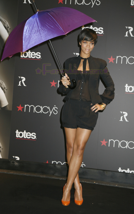 rihanna-at-the-launch-of-her-umbrellas-for-totes-at-macys-01.jpg