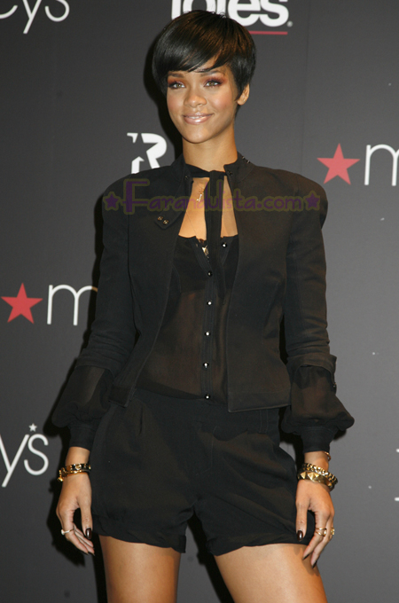 rihanna-at-the-launch-of-her-umbrellas-for-totes-at-macys-02.jpg