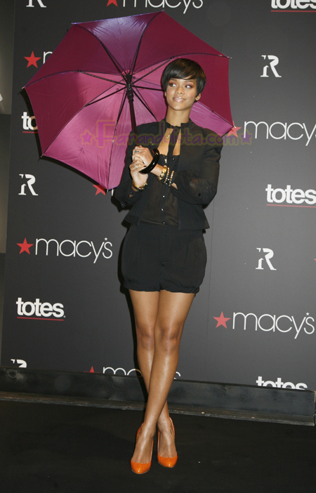 rihanna-at-the-launch-of-her-umbrellas-for-totes-at-macys-03.jpg
