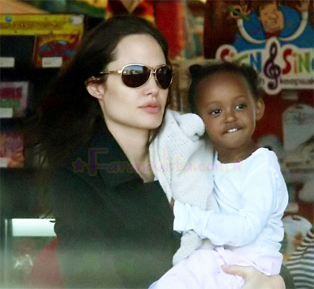 angelina-jolie-zahara-shopping.jpg
