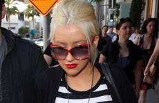 Christina Aguilera paseando con su esposo por Beverly Hills