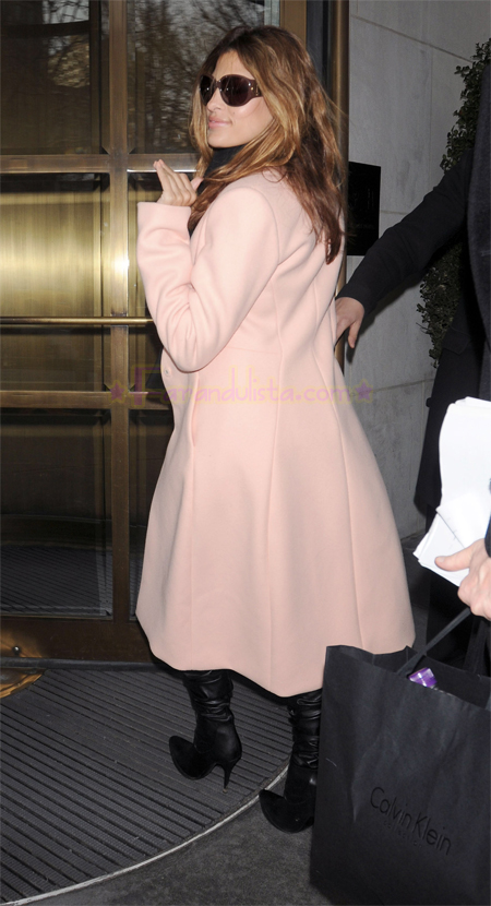 eva_mendes_arrives_at_her_midtown_hotel_in_new_york_city-03.jpg