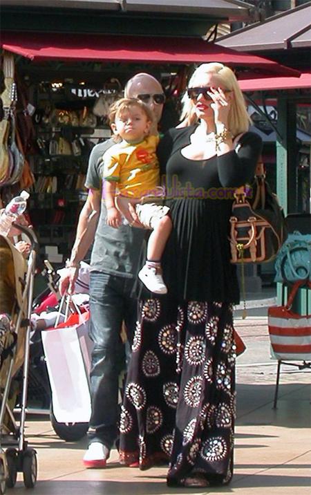 gwen-stefani-and-son-kingston-shopping-pretzels-01.jpg
