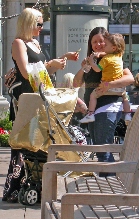 gwen-stefani-and-son-kingston-shopping-pretzels-02.jpg