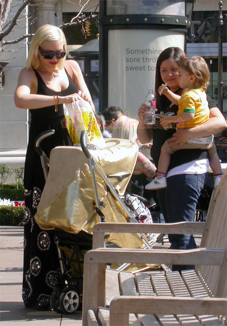 gwen-stefani-and-son-kingston-shopping-pretzels-03.jpg