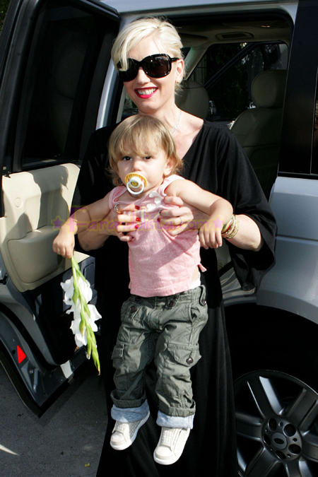 gwen-stefani-drops-off-kignston-at-her-parents-house-04.jpg
