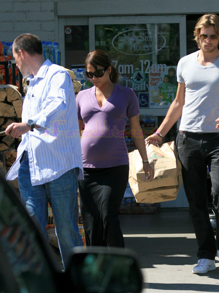 halle-berry-at-the-grocery-store-02.jpg
