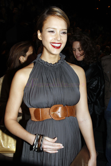 jessica-alba-attends-the-lavin-fashion-show-03.jpg